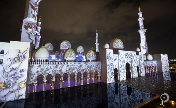 Projeksi cahaya warna-warni di Masjid Sheikh Zayed