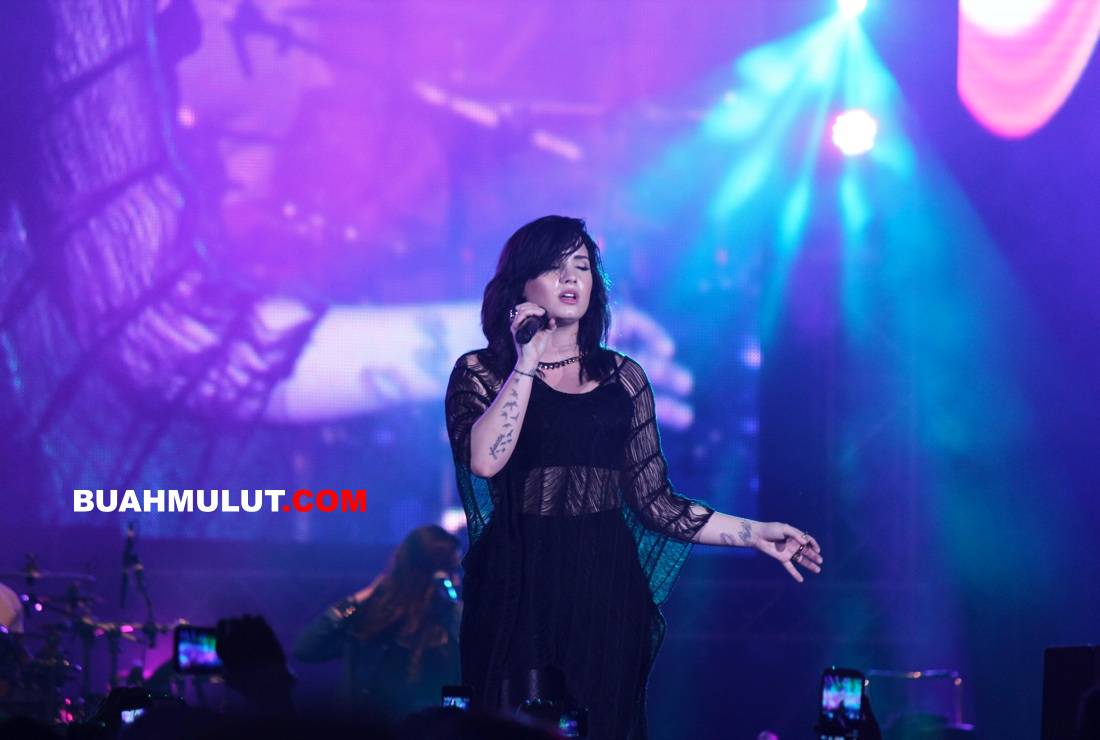 Demi Lovato [Twin Towers @live 2013