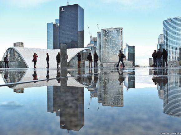 Joanna Lemanska fotografia Paris reflexos através poças de água La Défense