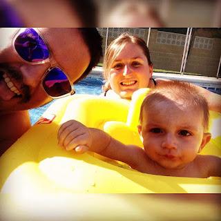 bebe mama papa 1 año piscina