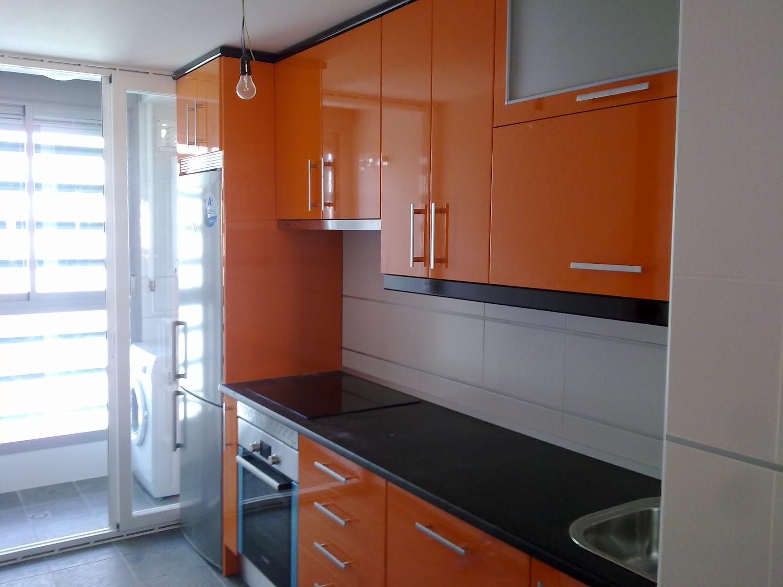 Laminado alto brillo naranja remates y encimera negro for Muebles de cocina negro