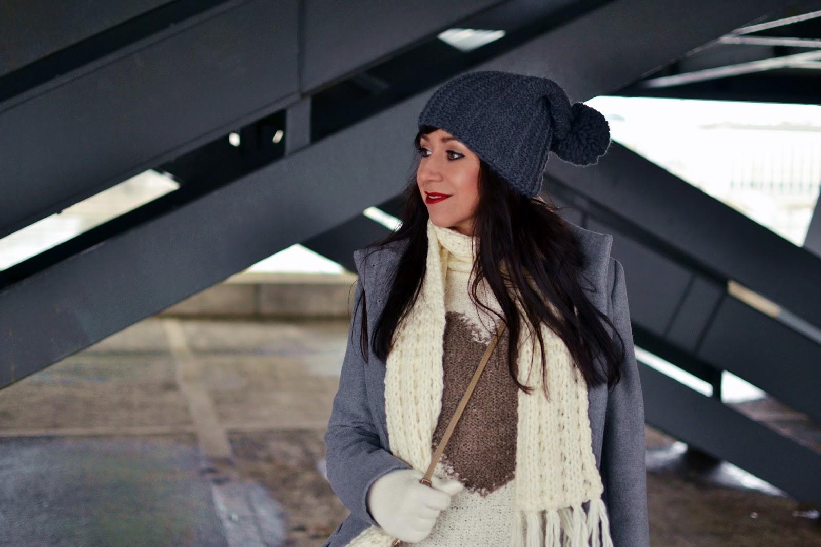 TY A BLOG_Katharine-fashion is beautiful_Sivá čiapka_Sivé džínsy_Krémový šál_Katarína Jakubčová_Fashion blogger