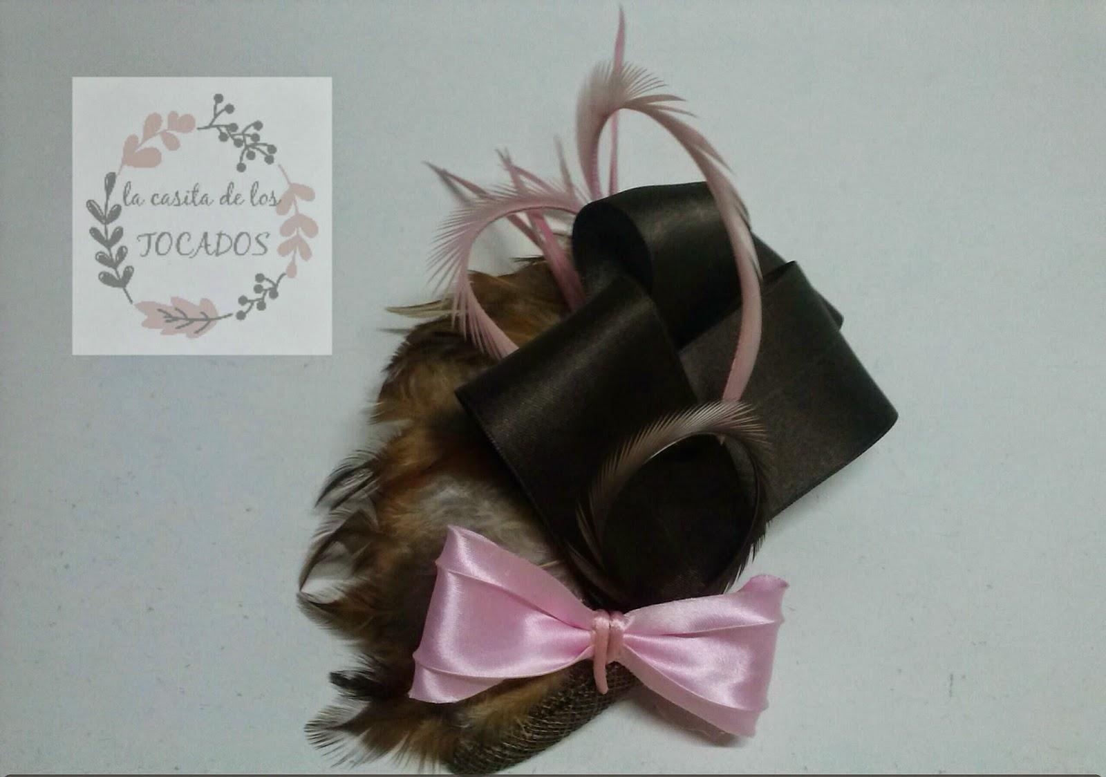 tocado con base cubierta de plumas y con adornos de cinta de raso, colores marrón y rosa y base de lágrima LA CASITA DE LOS TOCADOS