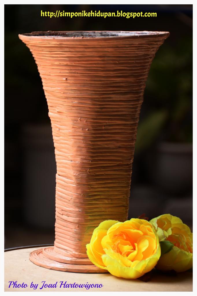 Kerajinan Tangan Kreasi Kertas Koran : Vas Bunga