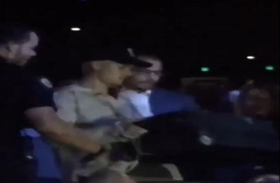 Justin Bieber trébuche sur une valise et tombe presque à la terre