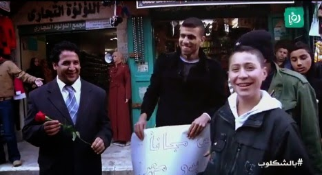 شاب يعرض نفسه للزواج مجانا في السوق..شاهد ردة فعل البنات