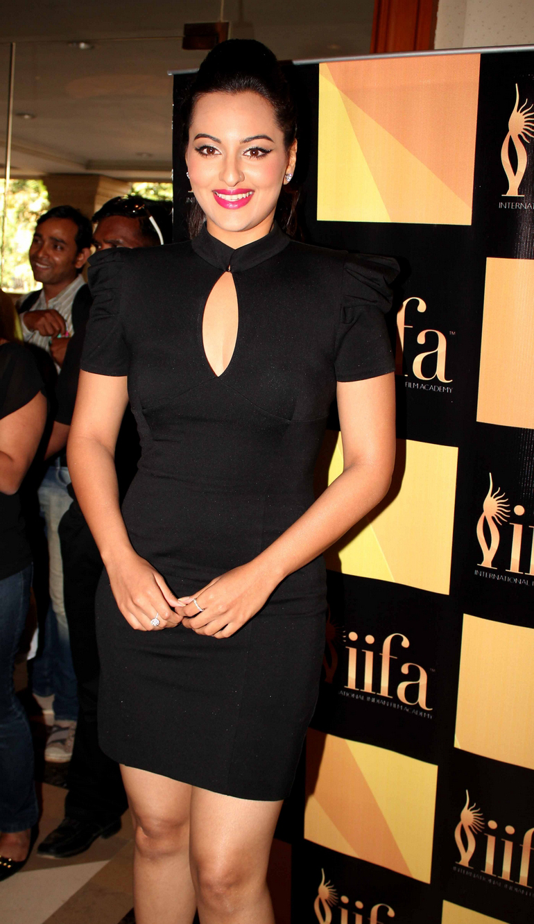Sonakshi sinha little black dress -  Sonakshi Sinha IIFA 2012 singapore pics