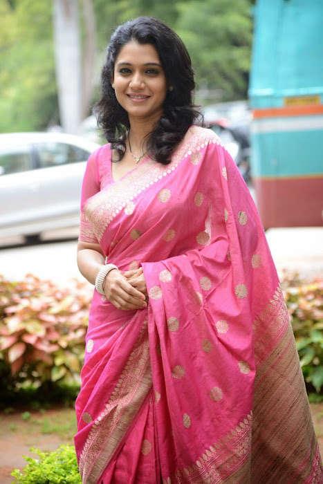 urmila gorgeous looking shoot in pink saree hot images