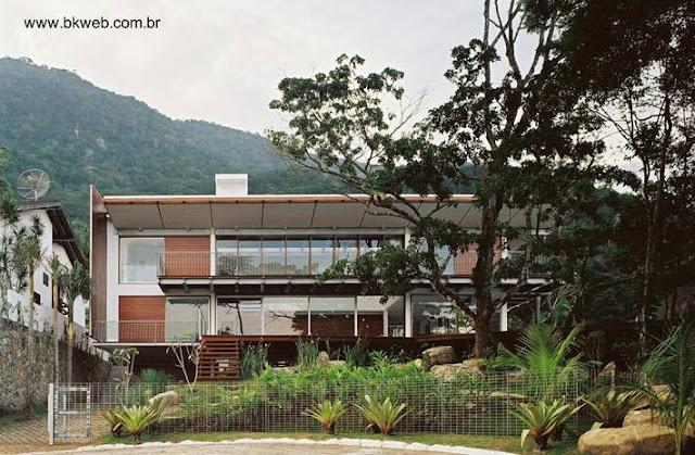 Fachada de residencia contemporánea en San Sebastián, San Pablo, Brasil