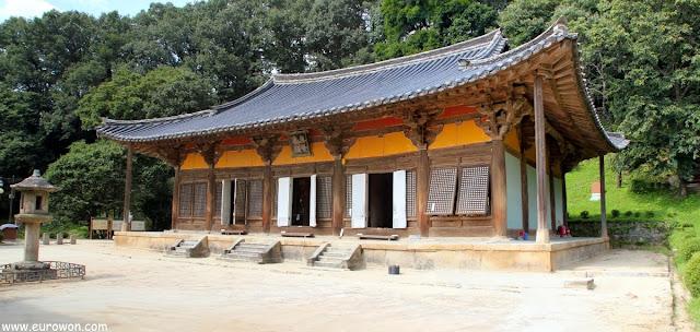Altar principal Muryangsujeon del templo Buseoksa