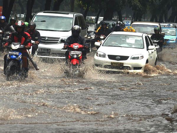 Tips melewati banjir saat berkendara menggunakan motor