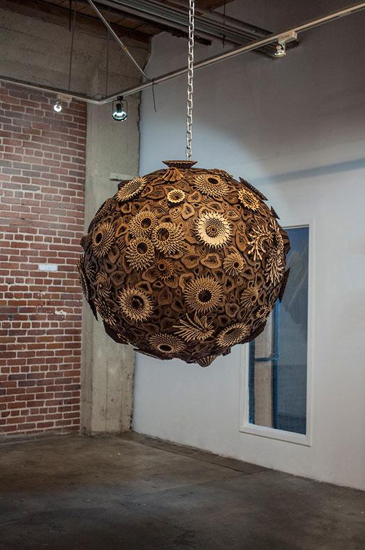 Intrincados esculturas de madera hecho de vertiginosas repeticiones de formas y geométricas y orgánicas