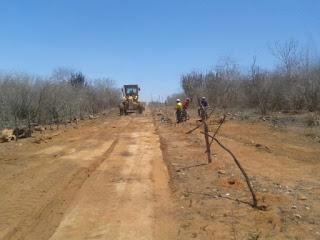 Maquinas do PAC abrem cacimba e nova estrada na zona rural de Sossego