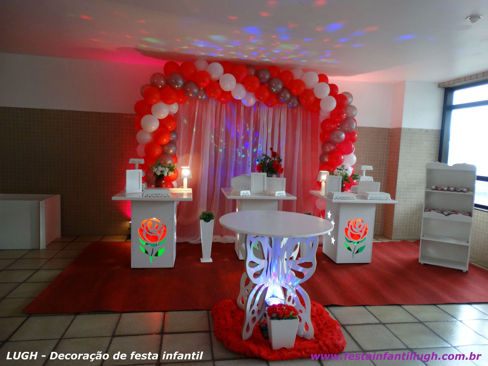 Decoração provençal para festa de aniversário - mesa decorada de rosas