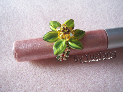 Beaded_flower_ring_with_Czech_leaves_beads