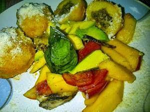Bollos Pelones Venezolanos con ensalada de aguacate, tomate y mango