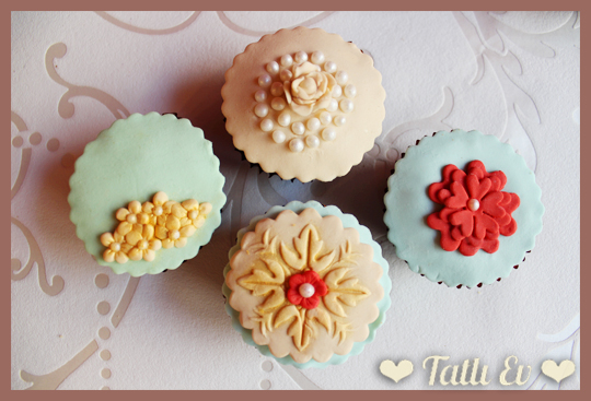 anneler_gunu_bayan_davetleri_cicekli_cupcake_tasarimi