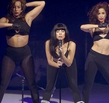 Lady Gaga interpretando MANiCURE en el iTunes Festival