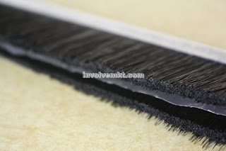 strip brush with fin. strip brush with thin film for water blocking