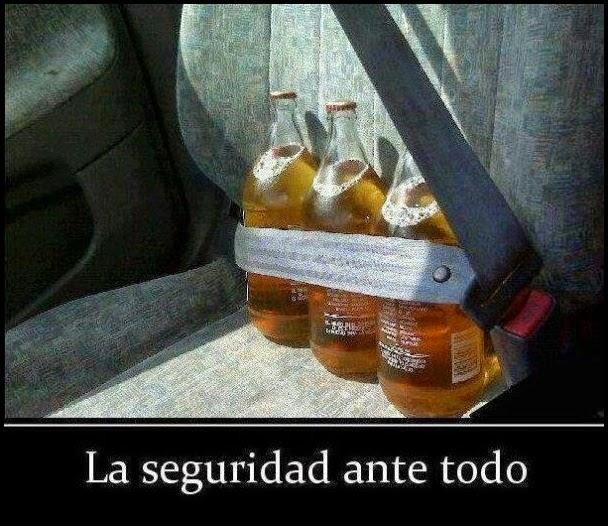 Cervezas sujetas con el cinturon de seguridad.