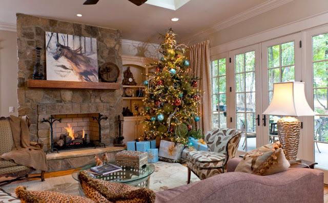украшеная праздничная гостиная комната