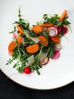 Украса на зеленчукова салата - букет с репички