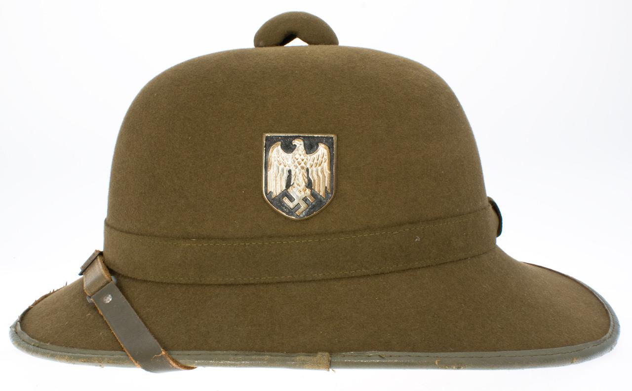 Tropenhelm m40 adalah helm khusus yang dipakai oleh prajurit prajurit jerman di afrika utara dan terinspirasi dari pith helmet yang dipakai oleh prajurit