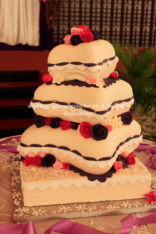 deekookies wedding 39 pillow 39 cake. Black Bedroom Furniture Sets. Home Design Ideas