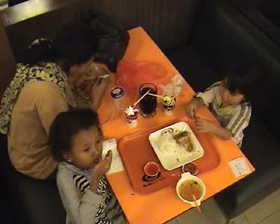 Siangnya Mengemis, Malamnya Makan Di Fast Food [ www.BlogApaAja.com ]