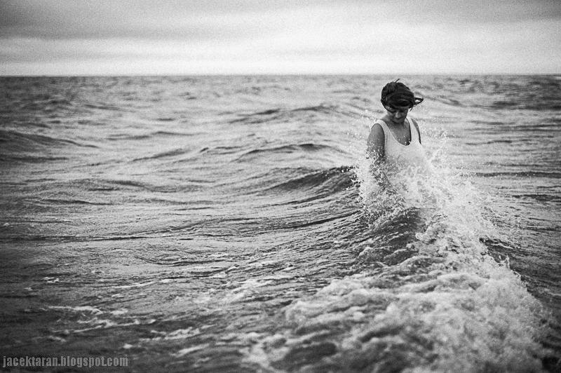 morze, baltyk, kobieta, fala, czarno-biale, jacek taran, fotografia, krakow