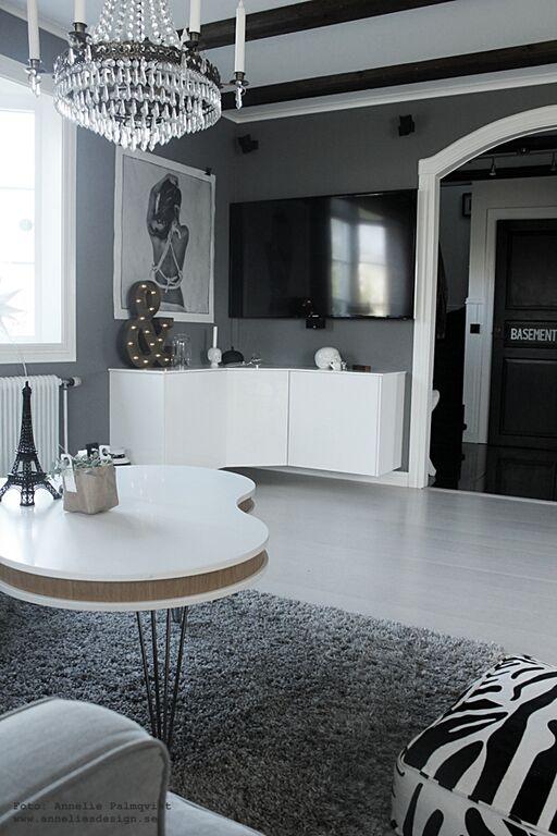 vardagsrum, vardagsrummet, gråmålade väggar, gråa väggar, grått, vitt, vit, TV, soffbord, matta, bokstavslampa, bokstavslampor, tavla, vitt, golv, parkett, parkettgolv, plankgolv, interiör, inredning, inredningsblogg, blogg, bloggar, eiffeltorn, eiffeltornet i inredningen, Oohh kruka, treklöver bord, soffa,