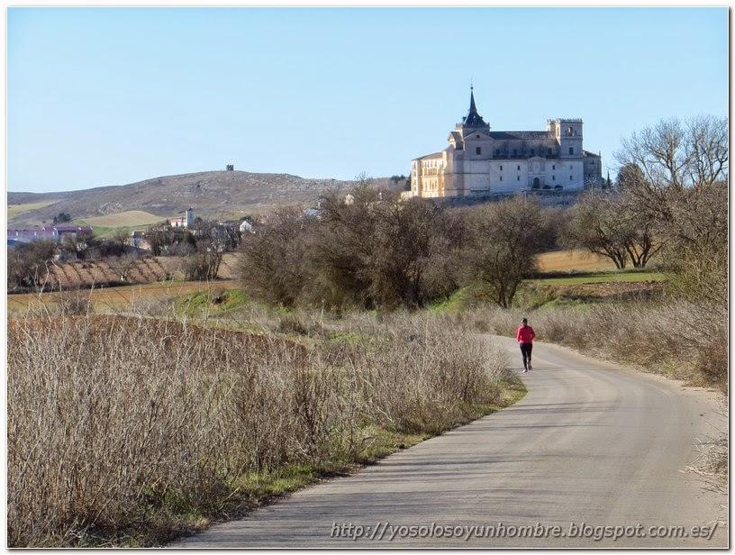 Corriendo por la carretera, monasterio de Uclés al fondo