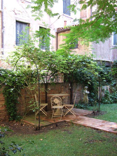 venise c t jardin le jardin de palazzo falier canossa. Black Bedroom Furniture Sets. Home Design Ideas