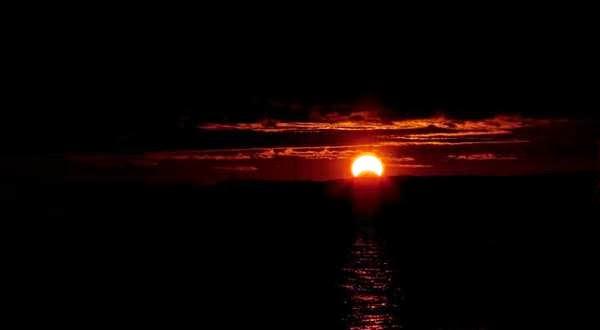 Fenomena Matahari sabit pada saat fajar yang dipotret dari Chesapeake Bay, dekat Annapolis, Amerika Serikat.