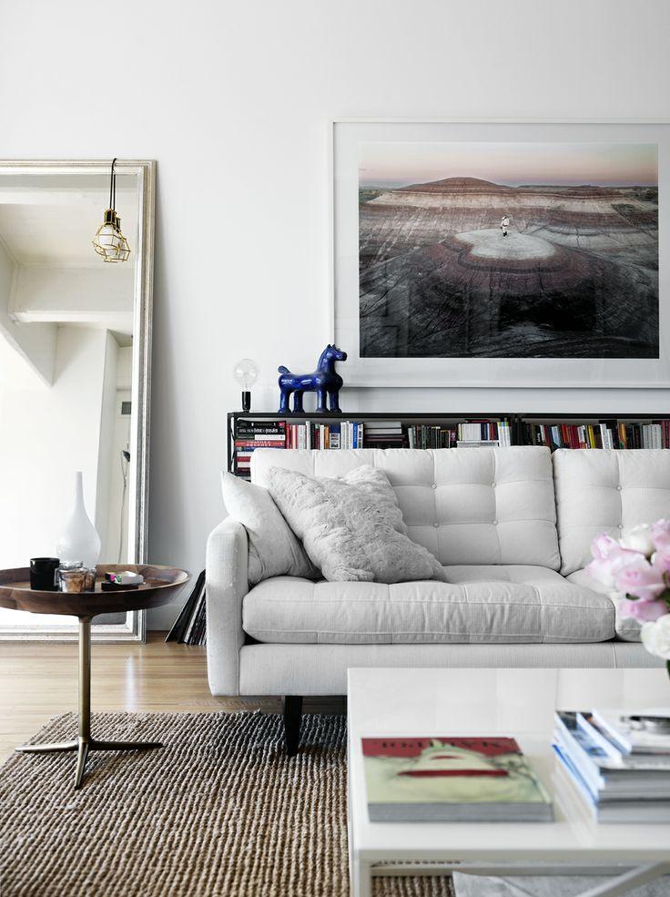 lyse møbler, bøger og fotokunst i en skøn kombination