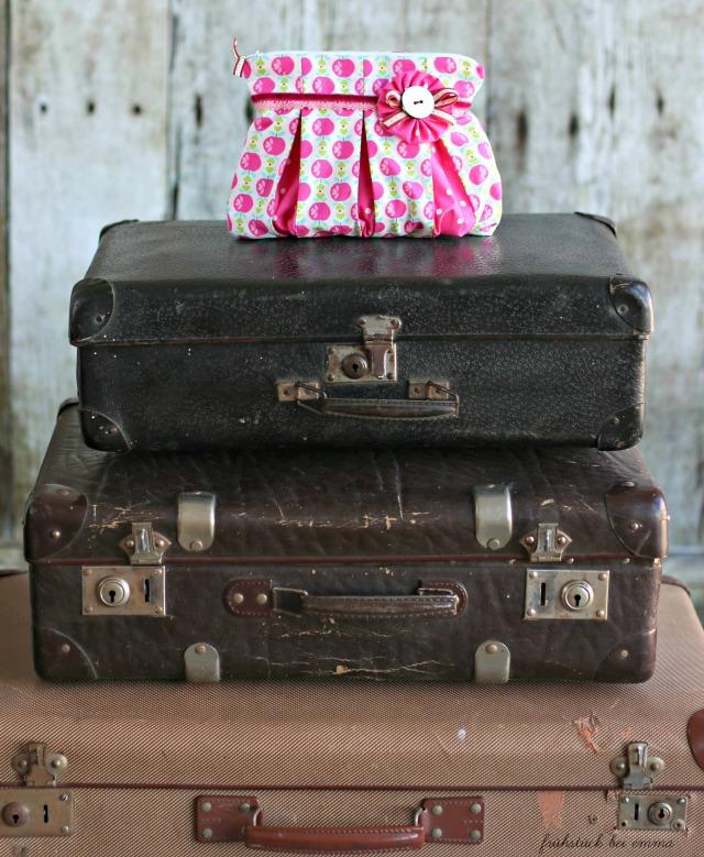 Kosmetiktäschchen auf alten Koffern ein Bild von Frühstück bei Emma für Oktoberprojekt Stoffabbau