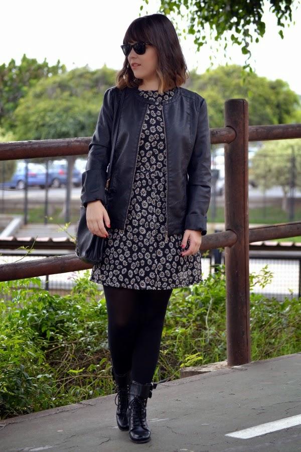 look_vestido_flores_margaritas_cazadora_botines_lolalolailo_01