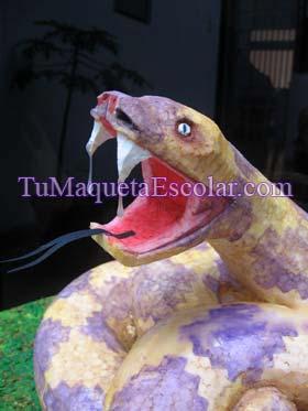 colmillos de serpiente destilando veneno