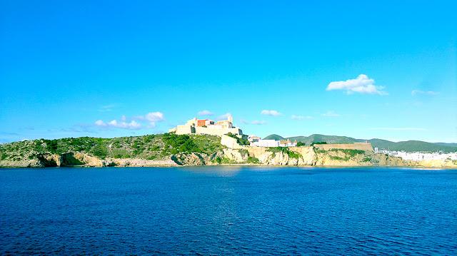 Vista desde el mar del Castillo de Ibiza y sus murallas