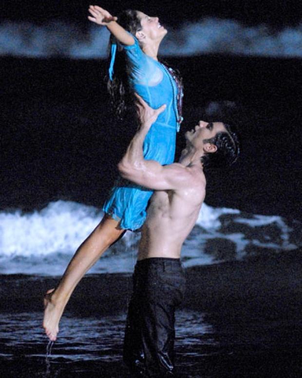 Andrea Marti y Victor Gonzalez graban una escena en la playa