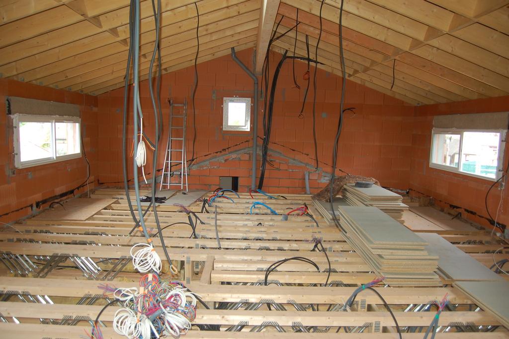 Agrandissement d 39 une maison par le haut 32 me jour for Agrandissement maison par le haut