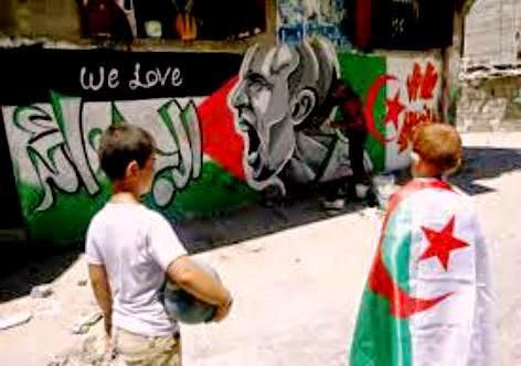 Khan Younis- Faixa de Gaza, garotos levam a bandeira da Argélia.