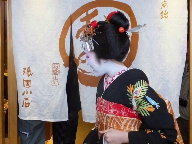 横顔も素敵な新舞妓の雛祐さん。