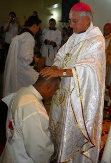 http://3.bp.blogspot.com/-VPJIHiAN6Tw/UkC6ZfE25iI/AAAAAAAAOOA/HB0N46hmSpY/s640/Mons+Bermudez+ordena+sacerdote+al+diacono+Carlos+E+Silva.jpg