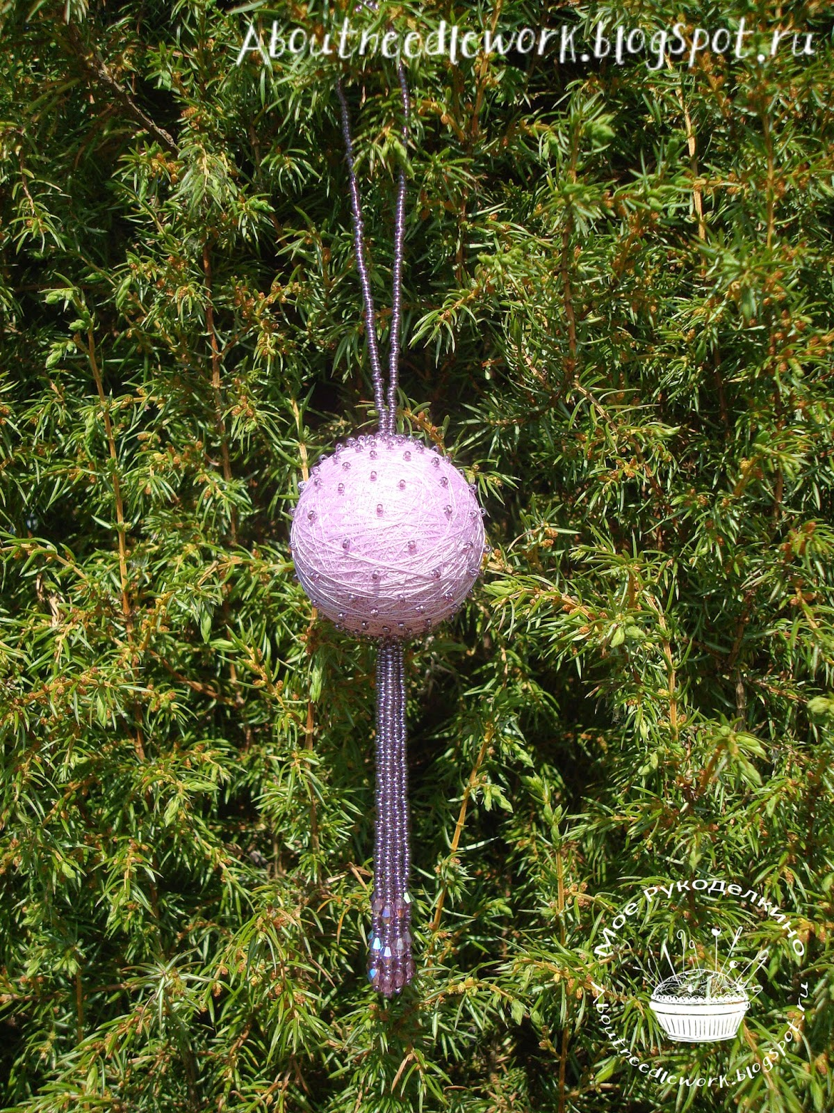 Елочный шар из ниток и бисера