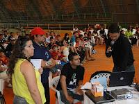 Professora Fátima conferindo a mesa de disputa do pessoal