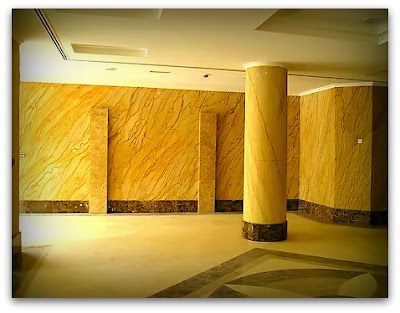 Гибкий камень в интерьере холла