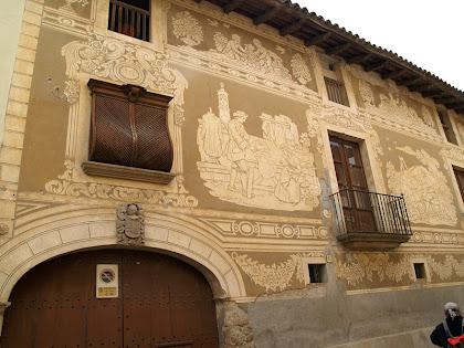 Part de la façana de la Casa Sastre amb els esgrafiats dedicats a l'ofici de sastre i a l'art dels pintors