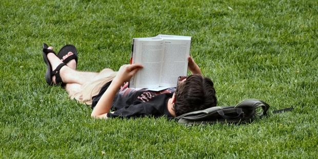 Kamu Nggak Akan Jadi Orang Aneh Kok Kalau Terlihat Sering Baca Buku