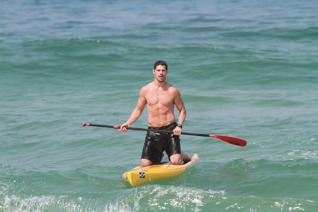 José Loreto pratica stand up paddle